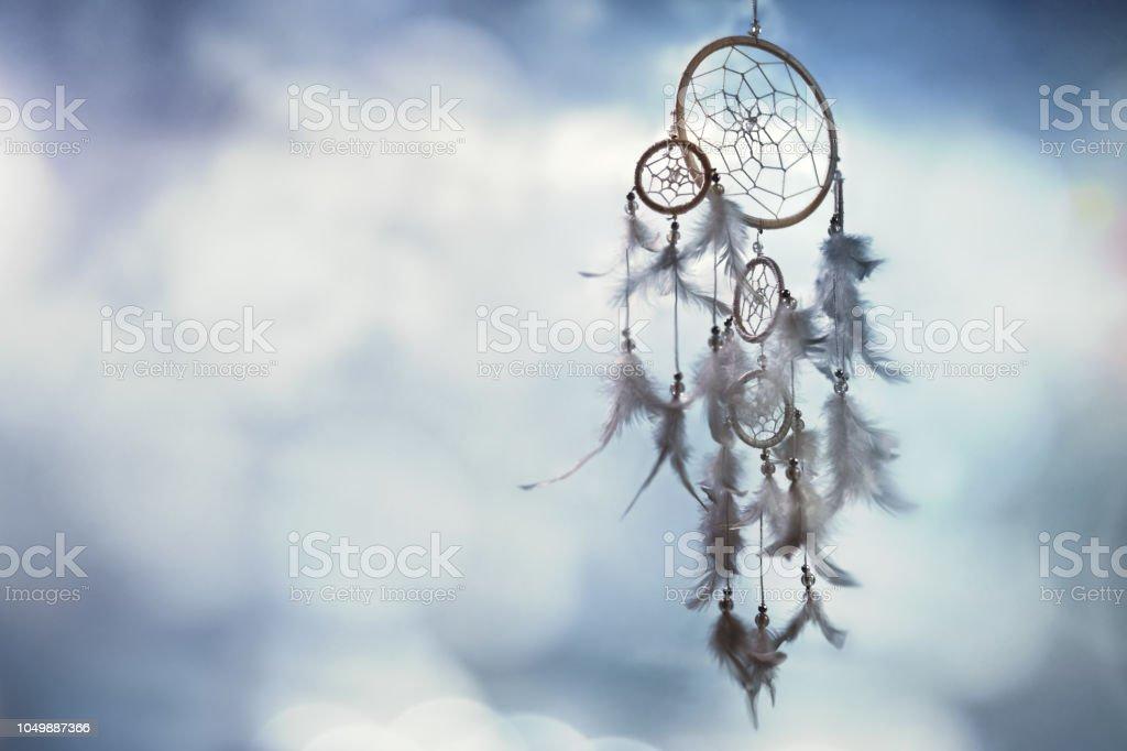 Capteur de rêves sur fond bleu avec espace copie - Photo