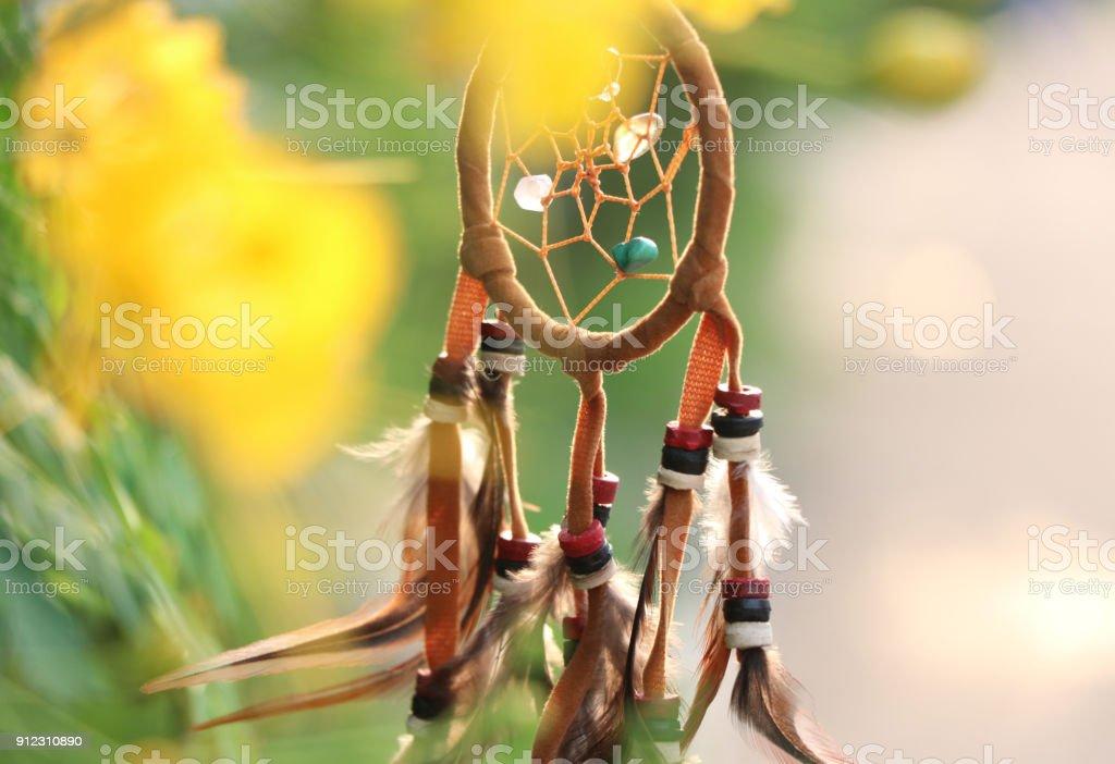 Rêve de décoration vintage signe indien catcher près le fond de fleur arbre jaune - Photo