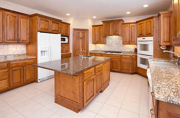 Dream Küche mit Granitarbeitsflächen, Holzfußböden, Schränken, besondere Beleuchtung – Foto