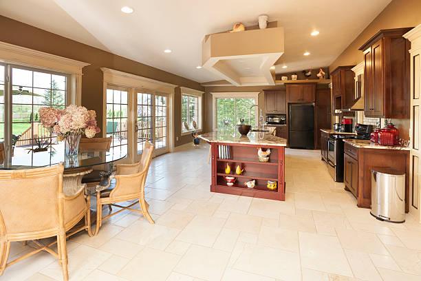 dream küche mit marmor-center island, frühstücksnische - landküche stock-fotos und bilder