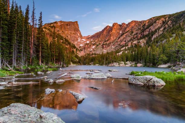 dream lake at sunrise - estes park foto e immagini stock