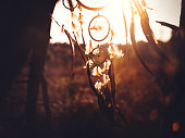 ドリームキャッチャー垂れ下がる自然光で午後の荒野
