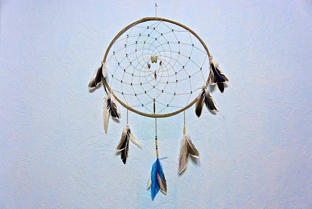 indianischer traumfänger auf die wand. handgefertigt. souvenir. - traumfänger malerei stock-fotos und bilder