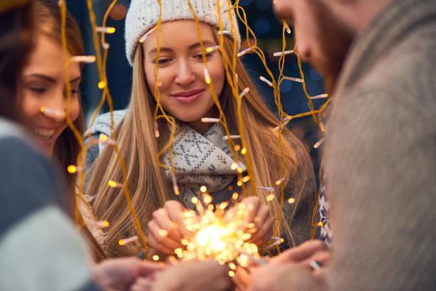 traumhafte freunde vorbereitung für feier - frohes neues jahr stock-fotos und bilder