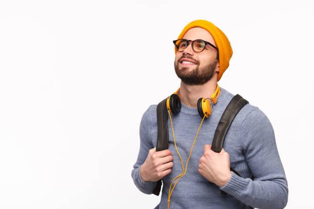 träumt ein mann mit kopfhörer und rucksack - motivationsmusik stock-fotos und bilder