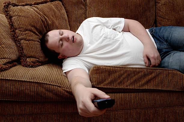 tv sognare - divano procrastinazione foto e immagini stock