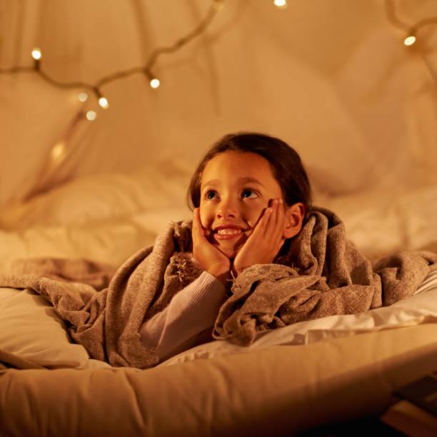 träumen sie die nacht - deckenleuchte kinderzimmer stock-fotos und bilder