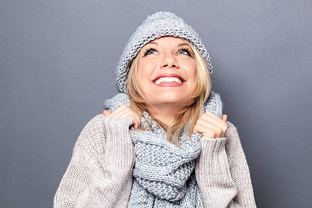 dreaming young blond woman with winter hat and imagination – Foto