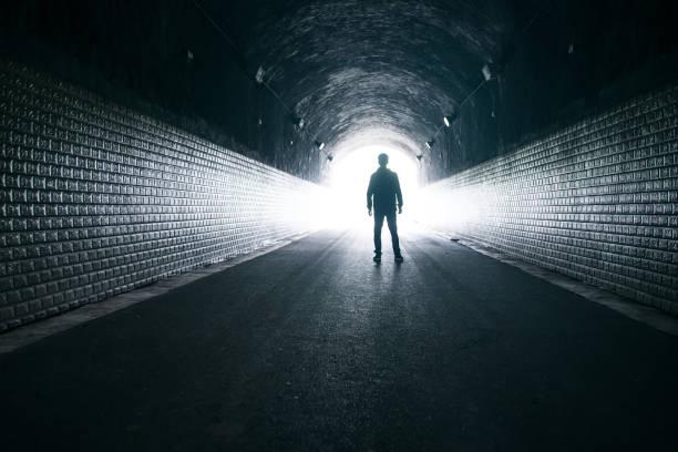 Träumen,Mann im dunklen Tunnel – Foto