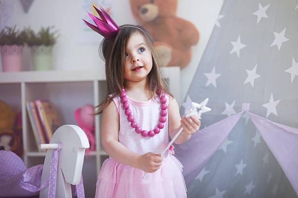 träume werden wahr mit princess - prinzessin kleid kind stock-fotos und bilder