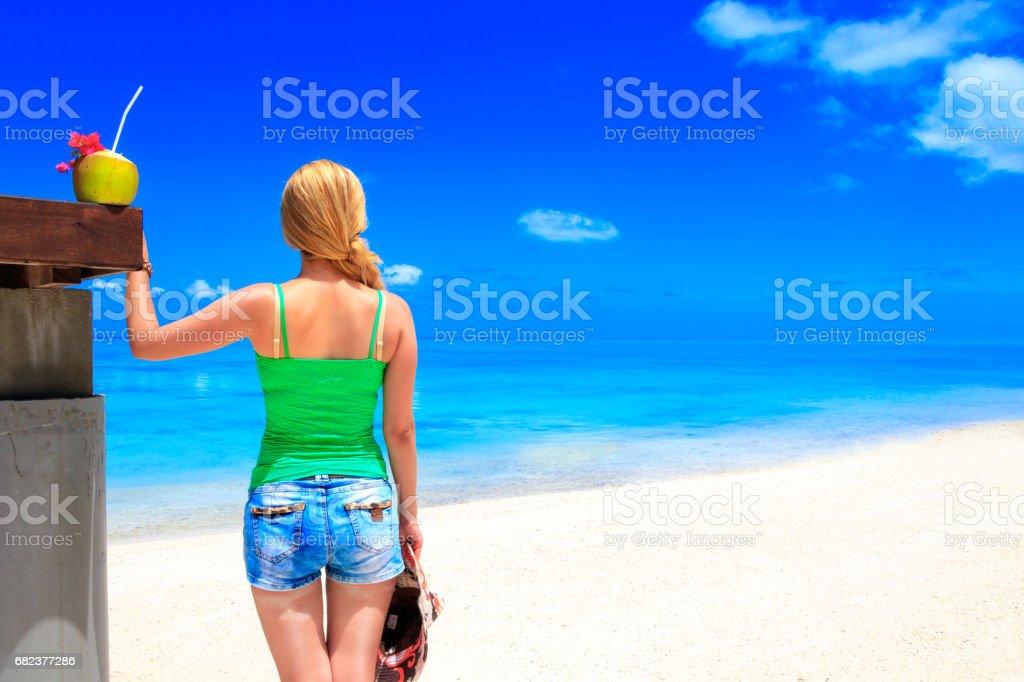 Dreamscape s'échapper avec la fille de beauté sur Maldives photo libre de droits