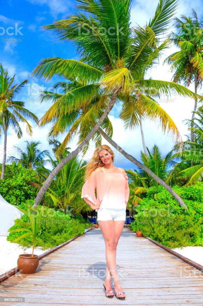 Dreamscape ontsnappen met schoonheid meisje op Malediven royalty free stockfoto
