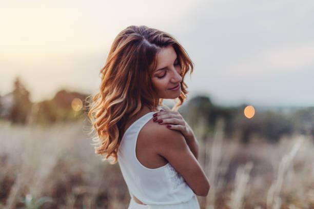 Traumhaft schöne Frau im Freien – Foto