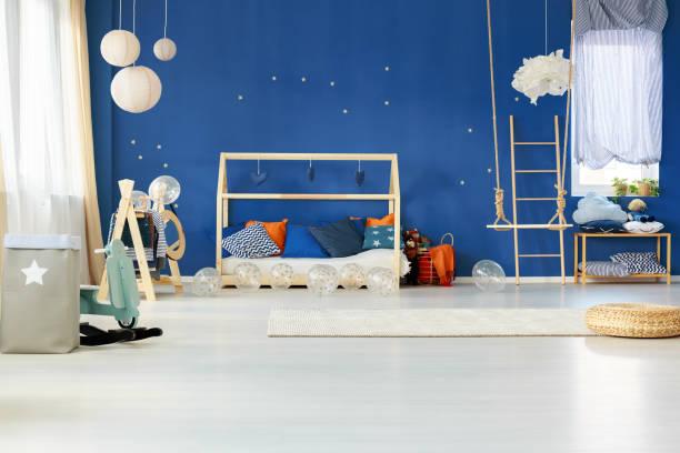 verträumte schlafzimmer mit blauen wand - marineblau schlafzimmer stock-fotos und bilder