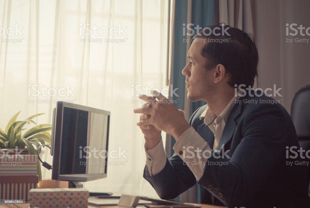 Hombre de negocios soñadora feliz mirando por las ventanas - Foto de stock de Adulto libre de derechos