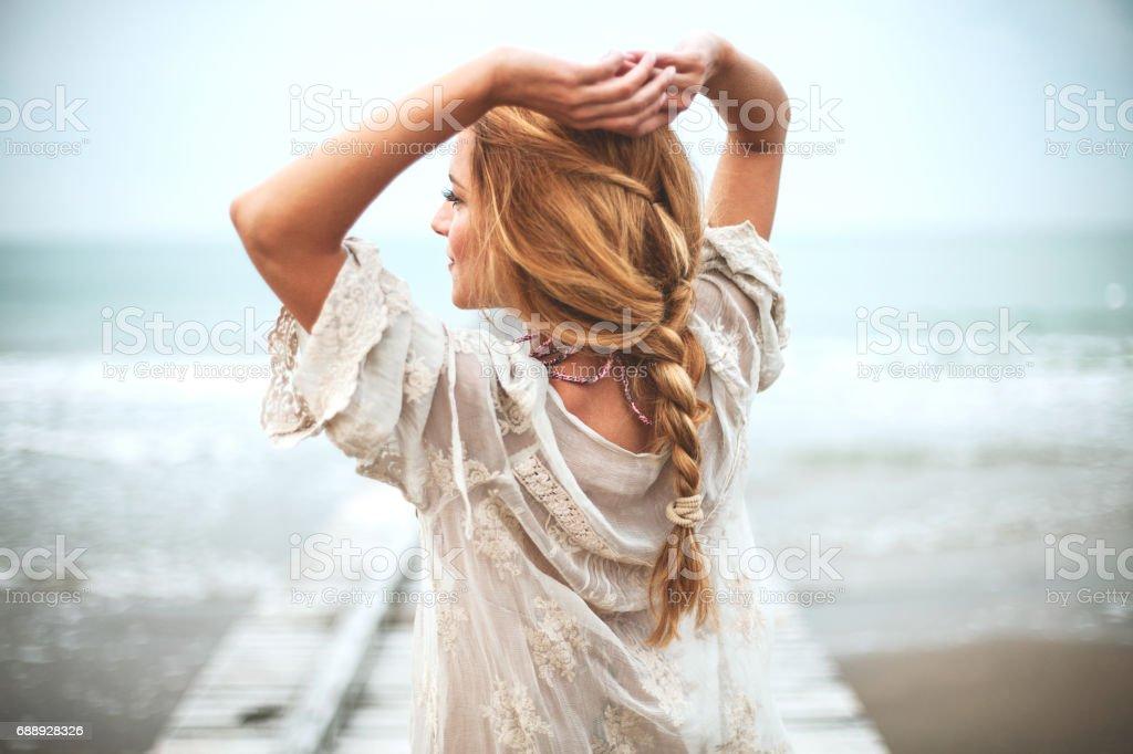 夢幻般的女孩,在沙灘上 - 免版稅人圖庫照片