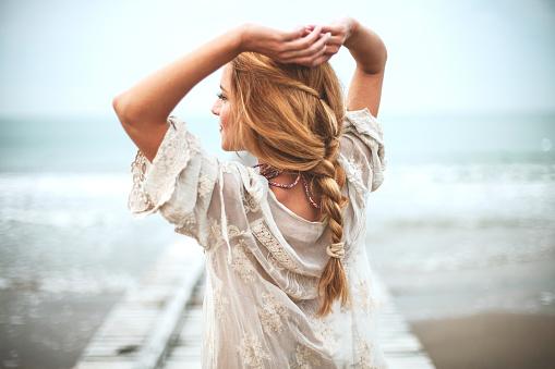 夢幻般的女孩在沙灘上 照片檔及更多 人 照片
