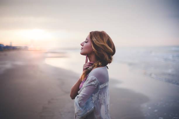 fille de rêve sur la plage - sérénité photos et images de collection