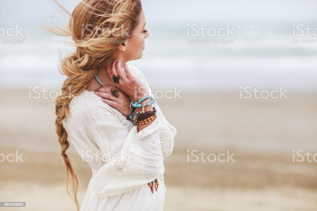 Fille de rêve sur la plage - Photo