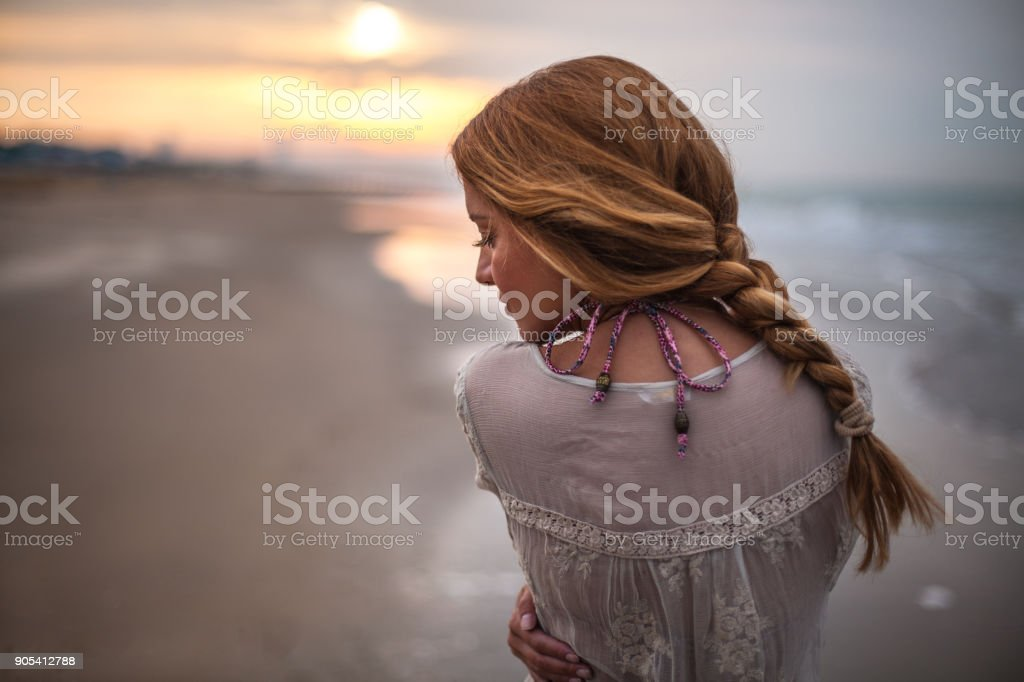 Verträumte Mädchen am Strand – Foto