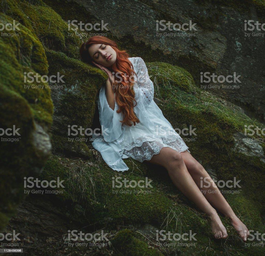 Verträumte Mädchen schlafen im Wald – Foto