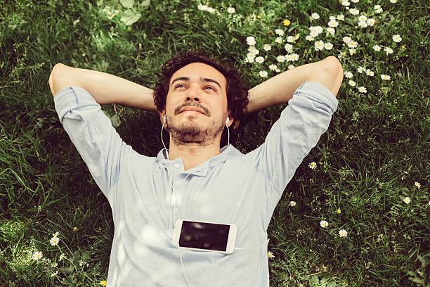 homem sonhador na grama - escapismo - fotografias e filmes do acervo