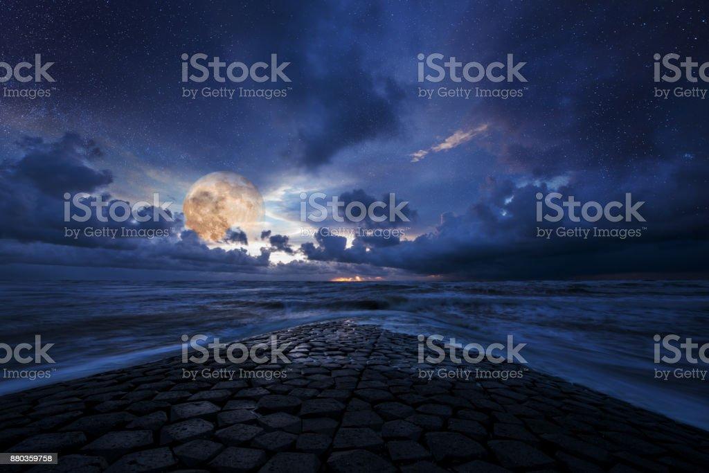 Verträumte Nacht-Landschaft, Meer und Himmel im Mondlicht – Foto