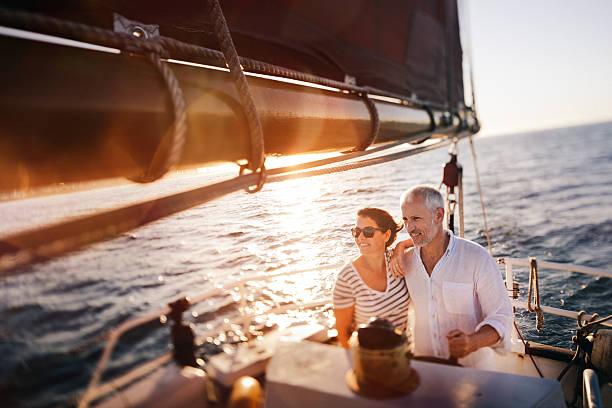 onírico vintage foto de sênior casal desfruta de um cruzeiro de lazer - esporte aquático - fotografias e filmes do acervo