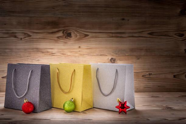 drei einkaufstaschen mit weihnachtsdekoration - engelsflügel kaufen stock-fotos und bilder