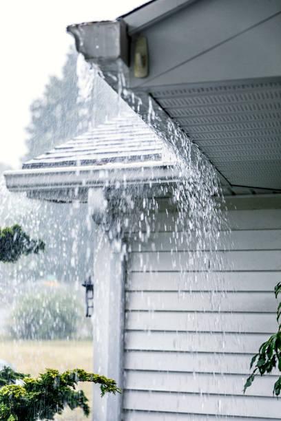 Strömenden Regen Regen Sturm Wasser überlaufen Dachrinnen – Foto