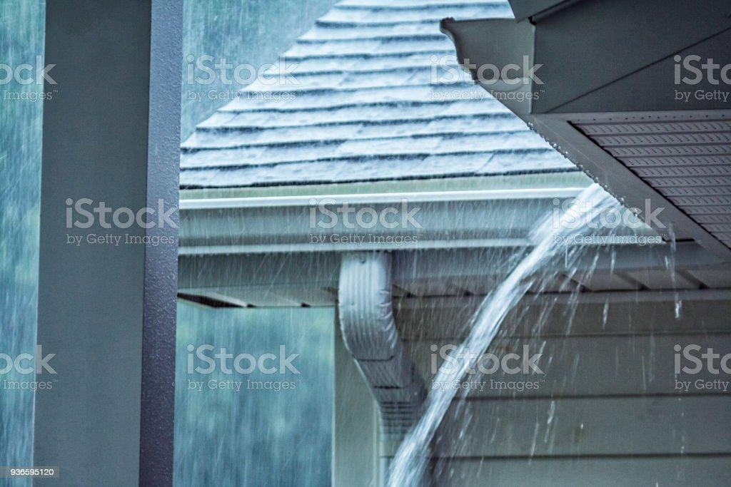 Strömenden Regen Sturm Wasser überlaufen Dach Dachrinne Nahaufnahme – Foto