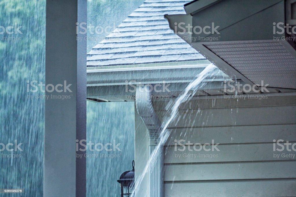Strömenden Regen Sturm Wasser überlaufen Dachrinne – Foto