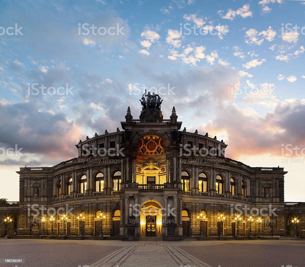 Dresden Opera Theatre in den Abend - Lizenzfrei Abenddämmerung Stock-Foto