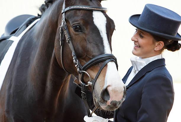 le cavalier et son cheval de dressage - dressage photos et images de collection