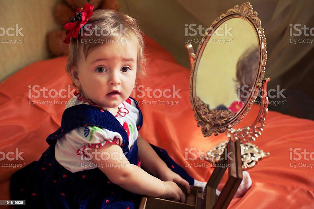 754d7aeb1a58a Photo libre de droit de Tenue Petite Fille Joue Avec Casket banque d ...