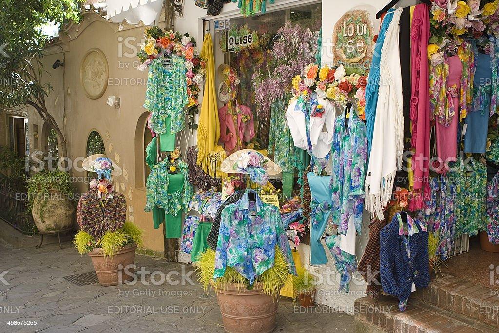 Abiti per la vendita in Positano, la Costiera Amalfitana, Italia - foto stock