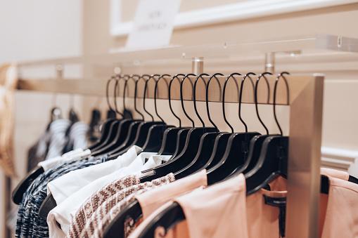 Dresses Hanged In A Clothing Store - zdjęcia stockowe i więcej obrazów Aranżacja