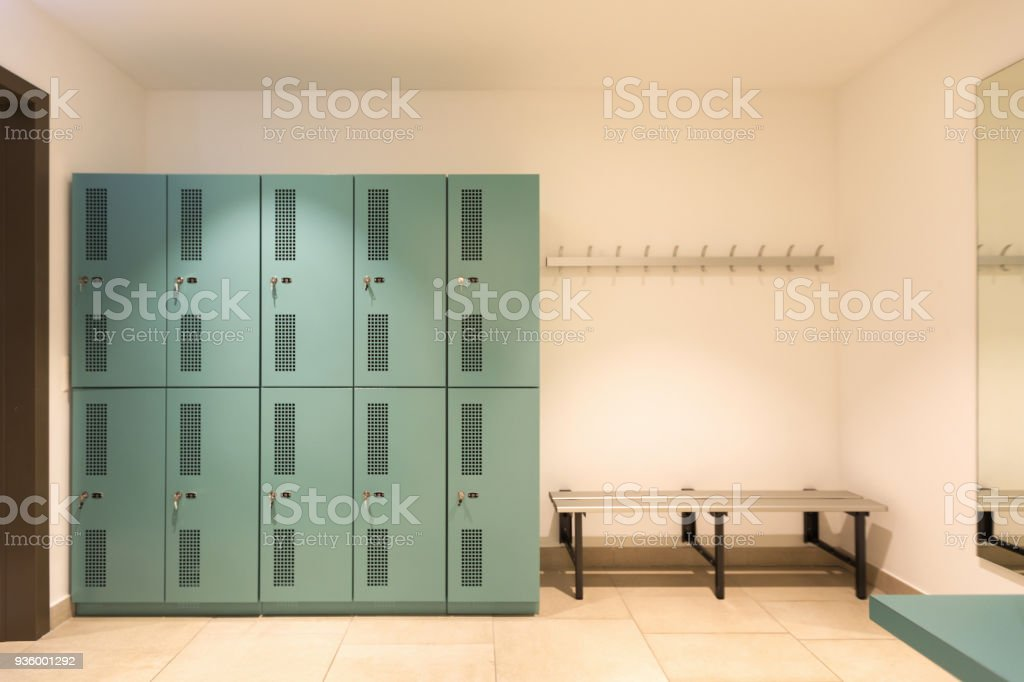Ankleidezimmer mit türkisfarbenen Schließfächer – Foto