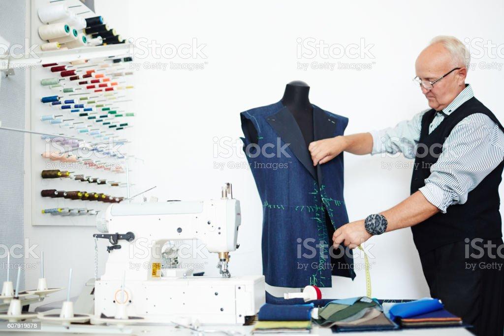Dressmaker am Arbeitsplatz Lizenzfreies stock-foto