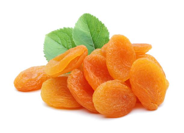 gedroogde abrikozen met bladeren - gedroogd voedsel stockfoto's en -beelden