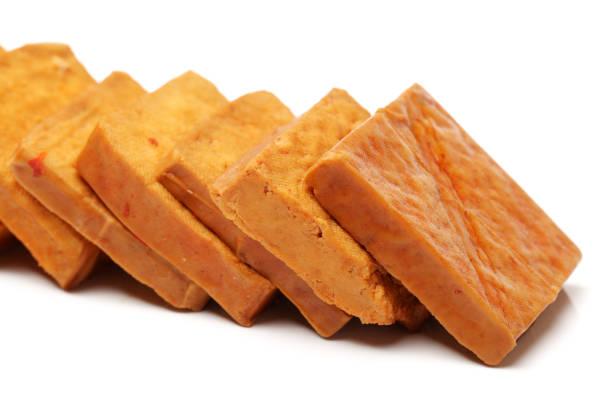 Tofu séché sur un fond blanc - Photo