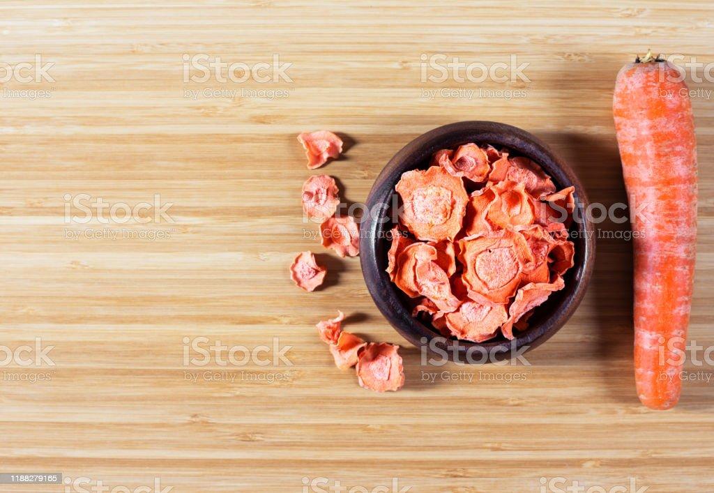 Chips De Zanahoria Seca En Un Tazon De Madera Y Zanahorias Crudas En Una Tabla De Cortar Alimentos Naturales Organicos Foto De Stock Y Mas Banco De Imagenes De Alimento Istock Precalentar el horno a 180º. https www istockphoto com es foto chips de zanahoria seca en un taz c3 b3n de madera y zanahorias crudas en una tabla de gm1188279165 335985764