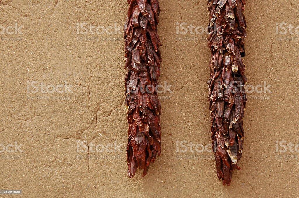 Essiccati Chiles su Adobe parete foto stock royalty-free