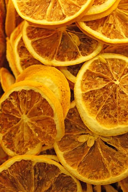 getrocknete zitrus - orangenscheiben trocknen stock-fotos und bilder