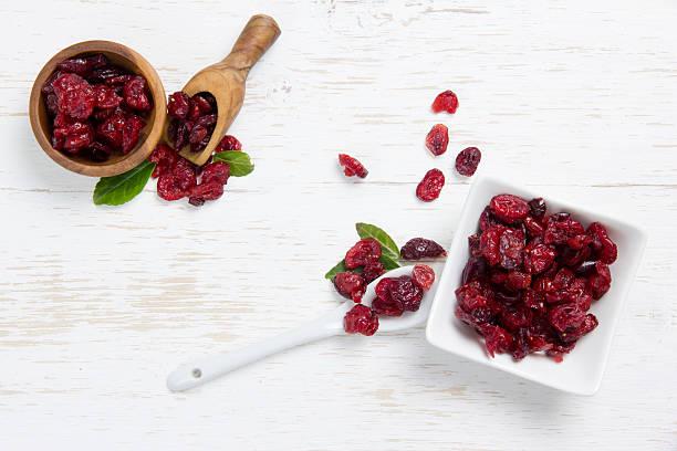 dried cranberry heaps - gedroogd voedsel stockfoto's en -beelden