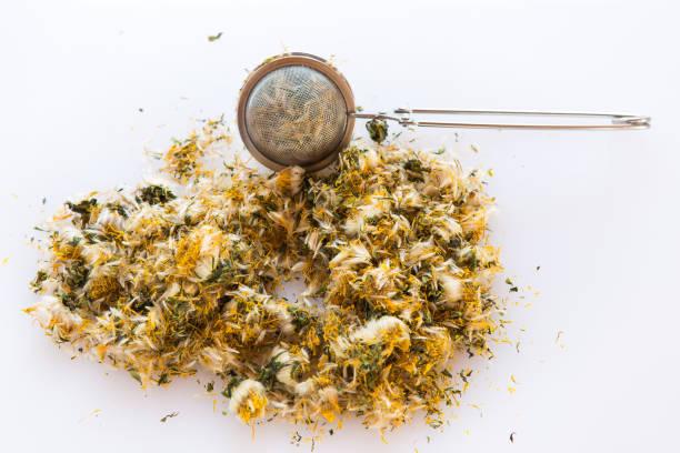 Getrocknete Blume Löwenzahn und ein Sieb zur Herstellung von Kräutertee. – Foto
