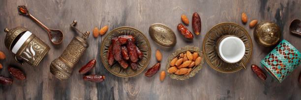 Getrocknete Datteln und Kaffee auf dunklem Hintergrund. Arabische traditionelle Gerichte, Töpfe und Dattelfrüchte. Ramadan Kareem, Eid mubarak Konzept. Ansicht von oben. Flach liegen. Kopierraum – Foto
