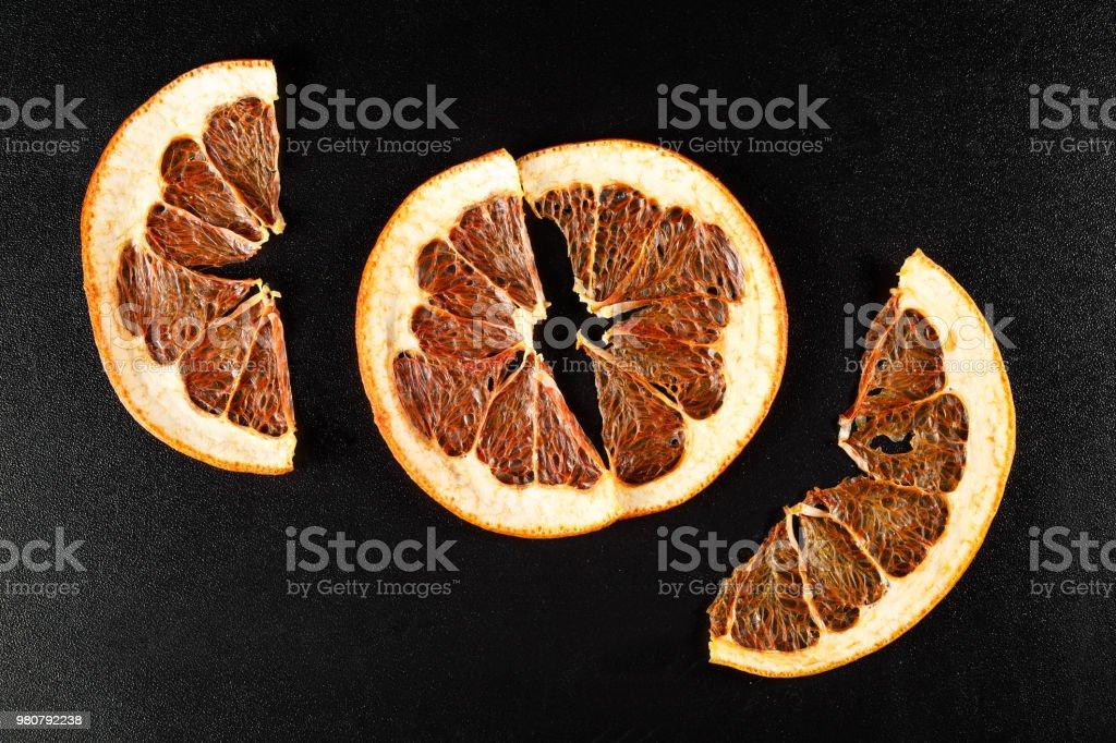 Getrocknete Grapefruit auf schwarzem Hintergrund – Foto