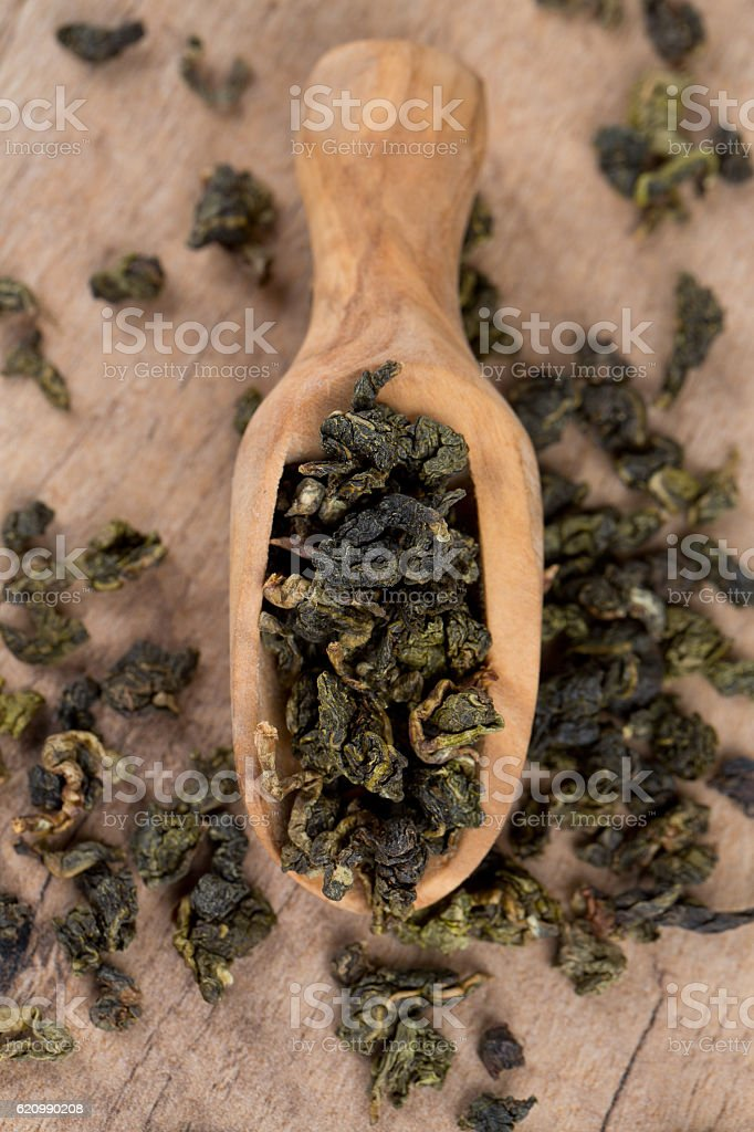 dried green tea on wooden surface foto royalty-free