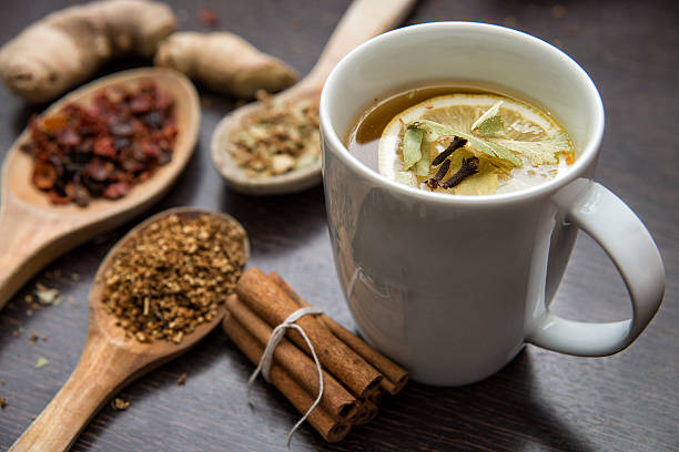 dried herbs with cup of herbal tea - herbata ziołowa zdjęcia i obrazy z banku zdjęć
